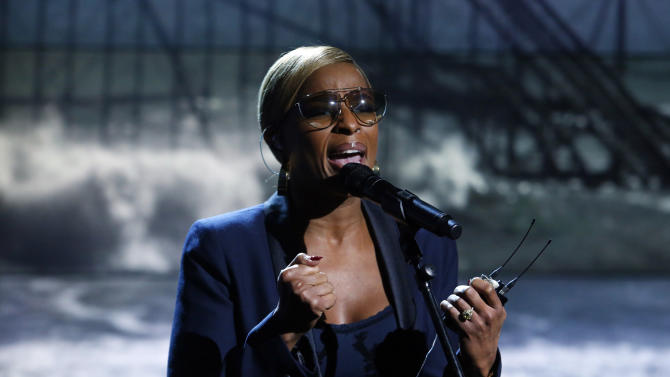 "In this photo provided by NBC, Mary J. Blige performs during ""Hurricane Sandy: Coming Together"" Friday, Nov. 2, 2012, in New York. Hosted by Matt Lauer, the event is heavy on stars identified with New Jersey and the New York metropolitan area, which took the brunt of this week's deadly storm. (AP Photo/NBC, Heidi Gutman)"