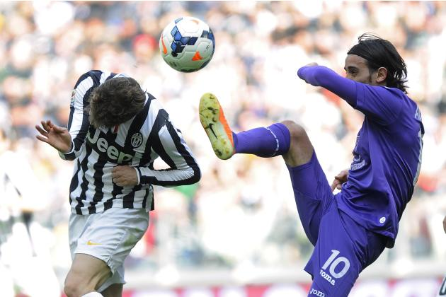 Juventus' Claudio Marchisio fights for a ball with Fiorentina's Alberto Aquilani during their Italian Serie A soccer match in Turin