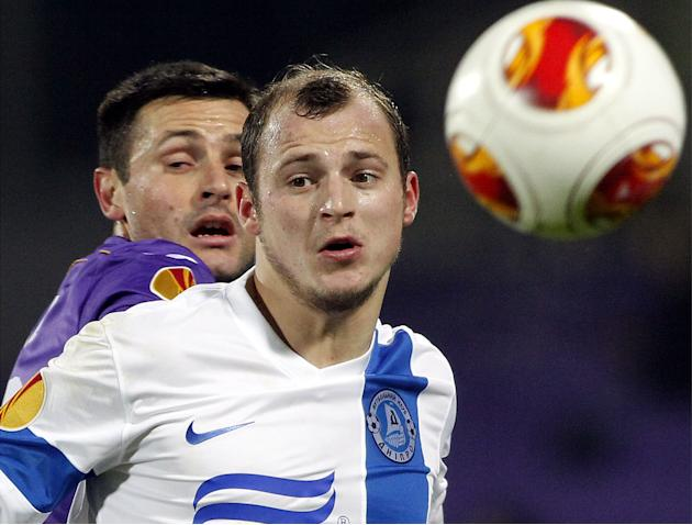 Fiorentina's Manuel Pasqual, left, challenges for the ball with Dnipro Dnipropetrovsk's Roman Zozulya during their Europa League Group E soccer match at the Artemio Franchi stadium in Florence