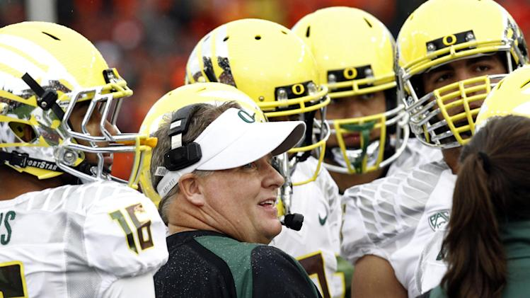 Oregon coach Chip Kelly talks with his players during the first half of an NCAA college football game against Oregon State in Corvallis, Ore., Saturday, Nov. 24, 2012.(AP Photo/Don Ryan)
