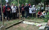 Seniman dan Budayawan khidmat Saat Ziarah di Makam Munir
