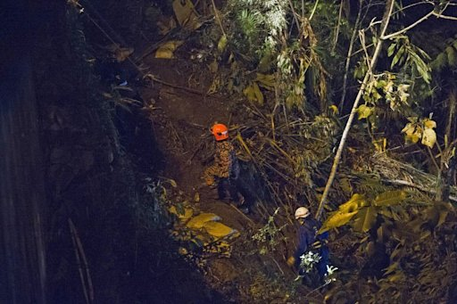 Malaysian rescuers search for passengers after a bus accident near the Genting Highlands, on August 21, 2013