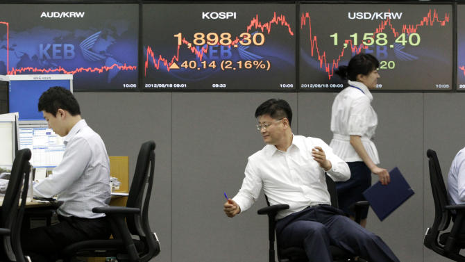 Currency traders work during a morning session at the foreign exchange dealing room of the Korea Exchange Bank headquarters in Seoul, South Korea, Monday, June 18,  2012. Asian stock markets climbed Monday after elections in Greece eased fears of global financial turmoil, but analysts warned that the economic crisis shaking the 17 nations in the euro common currency was far from over.  (AP Photo/Ahn Young-joon)