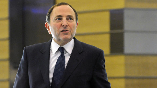 NHL Commissioner Gary Bettman leaves following labor talks, Friday, Nov. 9, 2012, in New York. The league and the players' association met Friday for the fourth straight day trying to reach an agreement to end the lockout. (AP Photo/Louis Lanzano)