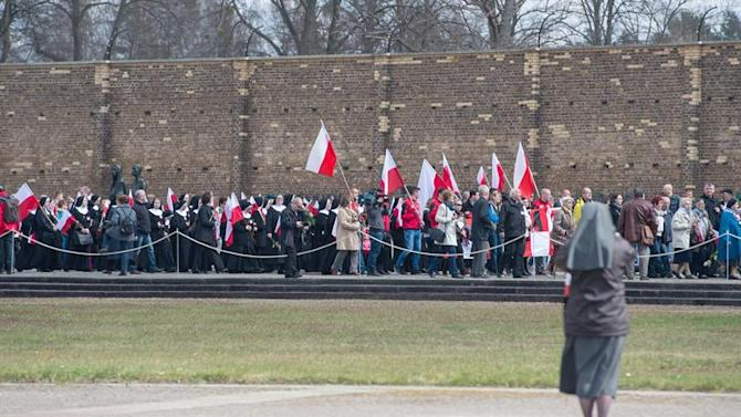 PPL17. Fuerstenberg (Germany), 19/04/2015.- Guests from Poland walk past the 'Wall of Nations' at the memorial site of the former Nazi death camp of Ravensbrueck during the memorial event for the 70th anniversary of the camp's liberation in Fuerstenberg, Germany, 19 April 2015. Around 160 survivors from around the world have returned to Brandenburg for the anniversary of the liberation. (Alemania, Polonia) EFE/EPA/PATRICK PLEUL