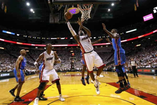 Miami Heat forward LeBron James (C) shoots as Oklahoma City Thunder forward Kevin Durant (R) defends in the first half during Game 4 of the NBA basketball finals in Miami, Florida, June 19, 2012. REUTERS/Mike Ehrmann/POOL (UNITED STATES - Tags: SPORT BASKETBALL)