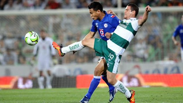 Teofilo Gutierrez (L) of Cruz Azul vies for the ball with Rafael Figueroa (L) of Santos (Reuters)