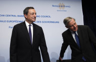 President of the European Central Bank (ECB) Mario Draghi, left, and Governor of the French National Bank Christian Noyer arrive for a news conference of the European Central Bank at the French National Bank in Paris, Wednesday, Oct. 2, 2013. The governing council of the European Central Bank met in Paris to set the benchmark interest rate for the eurozone; economists and investors look to the meeting to see where the bank thinks the European economy is headed. (AP Photo/Michel Spingler)