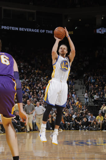 Curry returns, leads Warriors past Lakers, 109-103