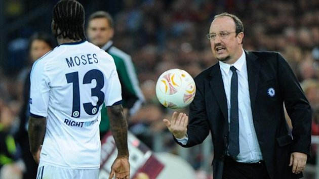 Chelsea's Interim manager Rafael Benitez talks to Victor Moses during the Europa League first leg semi-final against Basel (AFP)