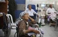 A wheelchair-bound Palestinian woman waits to undergo kidney dialysis at al-Shifa hospital in Gaza City September 12, 2013. REUTERS/Suhaib Salem