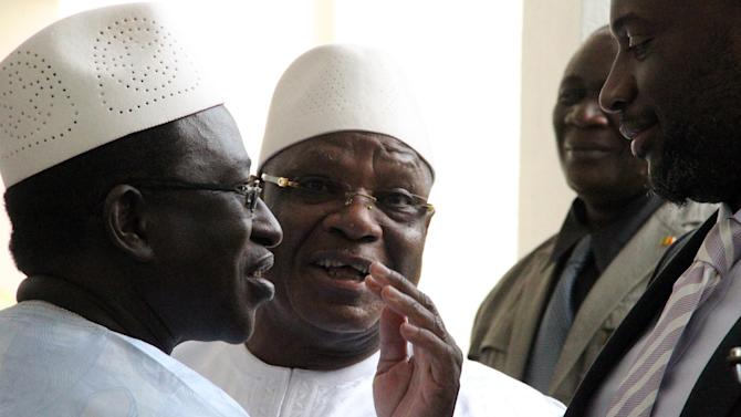 Mali President Ibrahim Boubacar Keita (C) speaks with opposition leader Soumaila Cisse (L) next to Prime Minister Moussa Mara after a meeting on June 4, 2014 at the presidential palace in Bamako