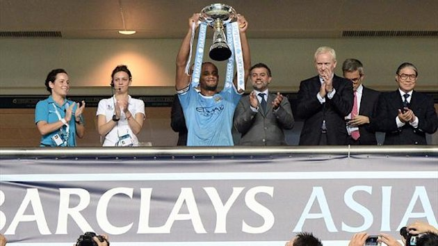 CHINA, HONG KONG : English Premier League, Manchester City's captain Vincent Kompany (C) holds the Barclays Asia trophy following their win over English Premier League, Sunderland in the final football match at Hong Kong stadium (AFP)
