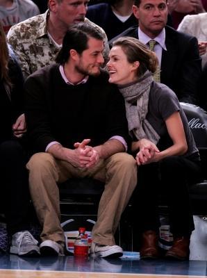 Keri Russell and Shane Dreary attend Dallas Mavericks vs New York Knicks game at Madison Square Garden, NYC, on December 10, 2007 -- WireImage