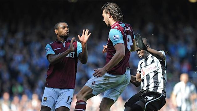 West Ham United's English striker Andy Carroll (C) and Portuguese striker Ricardo Vaz Te (L) vie with Newcastle United's Ivorian midfielder Cheick Tiote (Reuters)