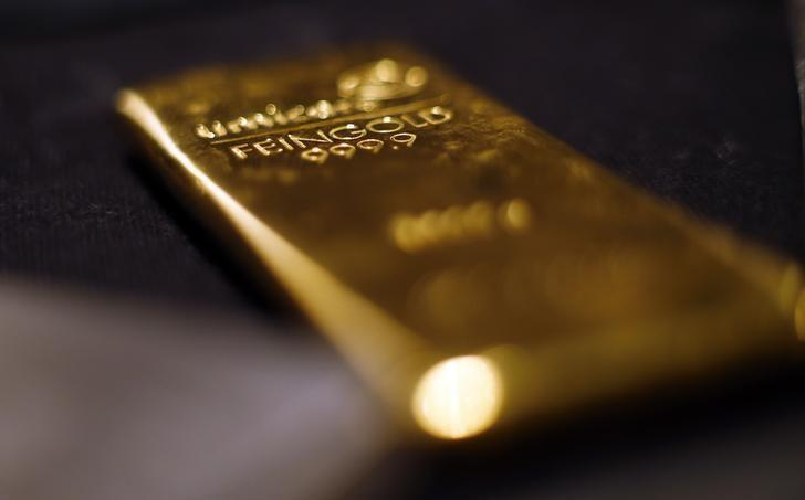 Gold rises in thin trade; eyes second straight weekly drop