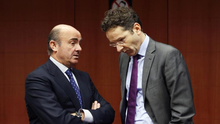 Spain's Economy Minister de Guindos talks to Eurogroup chairman Dijsselbloem during an eurozone finance ministers meeting in Brussels