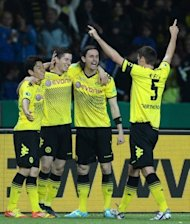 Der deutsche Fuball-Meister Borussia Dortmund hat seine Rekord-Saison mit dem ersten Double der Vereinsgeschichte gekrnt. Die Mannschaft fgte Bayern Mnchen in einem hochklassigen DFB-Pokal-Endspiel mit 5:2 eine empfindliche Niederlage zu