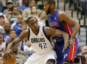 Mayo breaks slump, leads Mavs past Pistons, 92-77