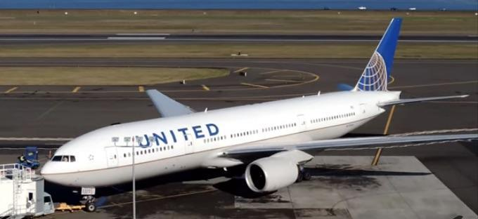 Twitter-joking security expert barred from another United flight, lawyer says