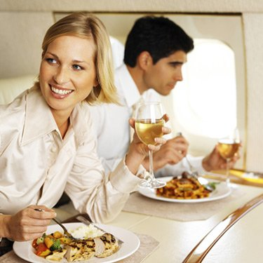 Business-executives-eating-and-drinking-in-an-airplane_web