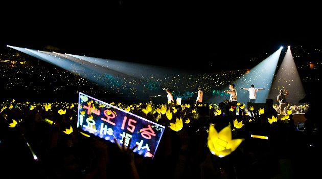 Big Bang performs in Singapore to a roaring crowd. (Photo courtesy of Launch PR)