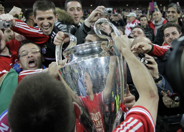 Bayern Munich's Ribery holds up the trophy to fans as he celebrates after winning Champions League final soccer match against Borussia Dortmund in London