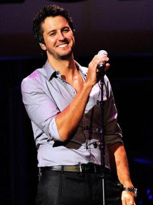 ACM Awards 2013: Luke Bryan, Kelly Clarkson to Perform