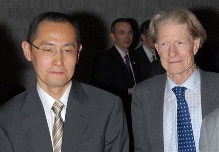 Kyoto University Professor Shinya Yamanaka (L) and John Gurdon of the Gurdon Institute in Cambridge are seen at a symposium on induced pluripotent stem cell in Tokyo, in this photo taken by Kyodo on April 2008. REUTERS/Kyodo
