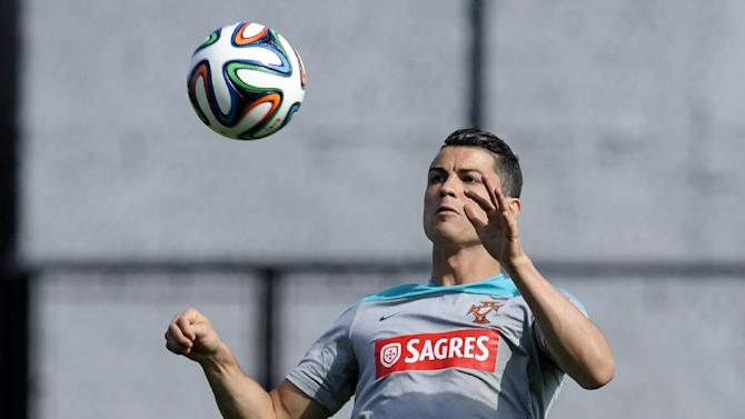 Ronaldo wears knee brace in Portugal team practice