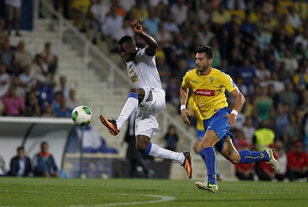 Porto's Jackson Martinez, from Colombia, controls the ball next to Estoril's Bruno Miguel, right, during their Portuguese league soccer match at the Antonio Coimbra da Mota stadium in Estoril, near Li