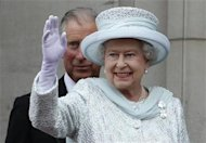 Britain's Queen Elizabeth waves from the balcony of Buckingham Palace in London June 5, 2012. REUTERS/Stefan Wermuth