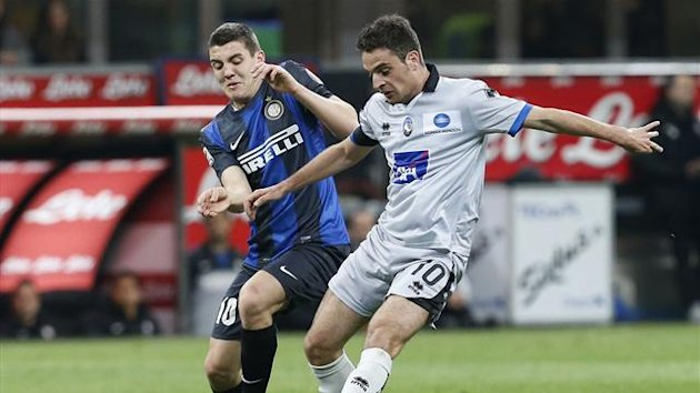 Inter Milan's Mateo Kovacic (L) fights for the ball with Atalanta's Giacomo Bonaventura (Reuters)
