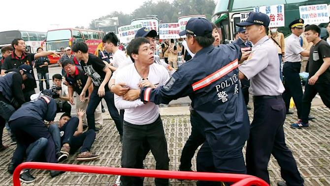 TWN01. Kinmen Island (Taiwan), 23/05/2015.- Anti-unification protesters clash with police as China's top Taiwan policy maker Zhang Zhijun and Taiwan's top China poilcy maker Andrew Hsia held talks in the Golden Lake Hotel on Kinmen Island in theTaiwan Strait, 23 May 2015. Zhang arrived in Kinmen on 23 May for a two-day visit. He and Hsiao held talks on issues including Taipei and Beijing's exchanging liaison offices, deportation of criminals, Taiwan's joining the Asian Development Bank for Infrastructure and Kinmen Island buying drinking water from China. EFE/EPA/STR TAIWAN OUT