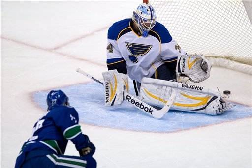D.Sedin has goal, assist in Canucks win over Blues