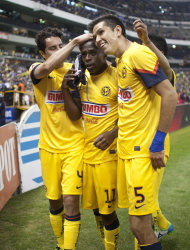 Christian Bentez, en el medio, celebra un gol con sus compaeros del Amrica, Efran Jurez, izquierda, y Jess Molina, en la victoria 4-0 ante Atlante por el torneo Clausura de Mxico el sbado 19 de enero de 2013. (AP Foto/Christian Palma)