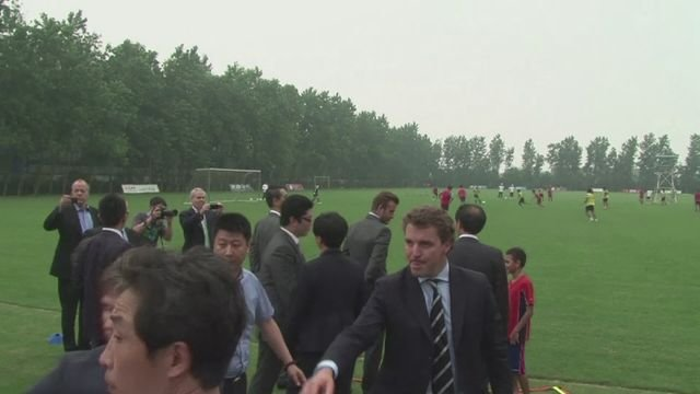 Beckham mobbed on visit to Shanghai Shenxin FC