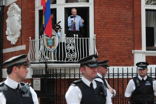 Assange sale al balcn de la Embajada de Ecuador en Londres