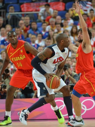 Spanish guard Sergio Llull (R) challenges US guard Kobe Bryant