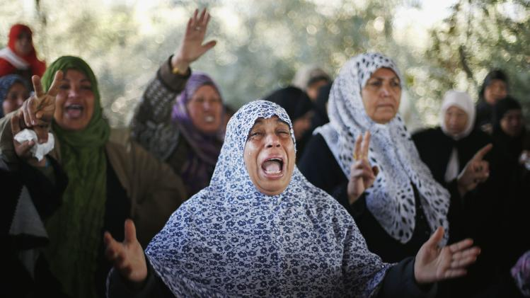 Palestinian relatives of Palestinian Odah Hamad mourns during funeral in Beit Hanoun