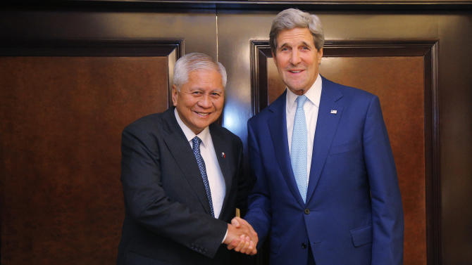 Philippine Foreign Minister Albert del Rosario, left, and U.S. Secretary of State John Kerry shake hands before a meeting in Jakarta, Monday, Oct. 20, 2014. (AP Photo/Brian Snyder, Pool)
