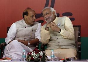 Modi speaks with Singh before releasing their election manifesto in New Delhi