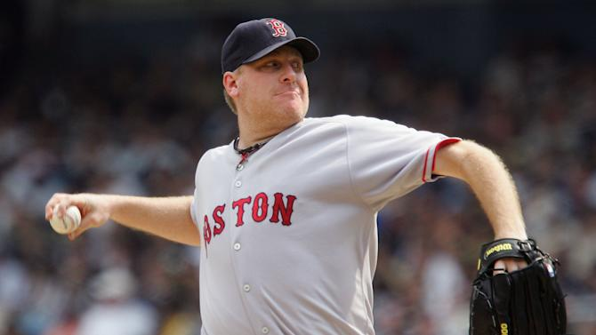NEW YORK - AUGUST 30: Curt Schilling #38 of the Boston Red Sox pitches against the New York Yankees during the game at Yankee Stadium on August 30, 2007 in the Bronx borough of New York, New York. The Yankees defeated the Red Sox 5-0. (Photo by Jim McIsaac/Getty Images)