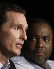 El actor Matthew McConaughey y el director Lee Daniels durante una conferencia de prensa de la pelcula The Paperboy en el 65to Festival de Cine de Cannes, en Francia, el jueves 24 de mayo de 2012. (Foto AP/ Virginia Mayo)