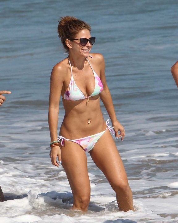 Mara Menounos en la playa