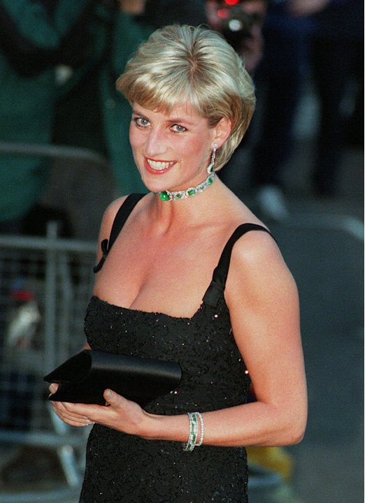 En esta foto de 1 de julio en 1997, la princesa Diana llega sonriendo a la Galera Tate en Londres para una Gala Centenaria conmemorando el famoso museo. La princesa Diana hubiera cumplido 50 aos el 