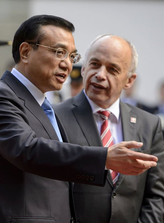 Chinese Prime Minister Li Keqiang (L) speaks with Swiss President Ueli Maurer on May 24, 2013 at the Lohn residency