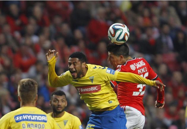 Benfica's Perez fights for the ball with Estoril's Babanco during their Portuguese premier league soccer match in Lisbon