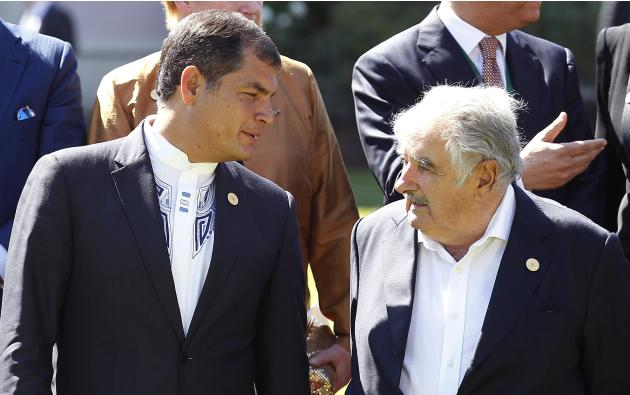 Ecuador's President Rafael Correa speaks with Uruguay's President Mujica after meeting at Cerro Castillo Presidential Palace in Vina del Mar city.