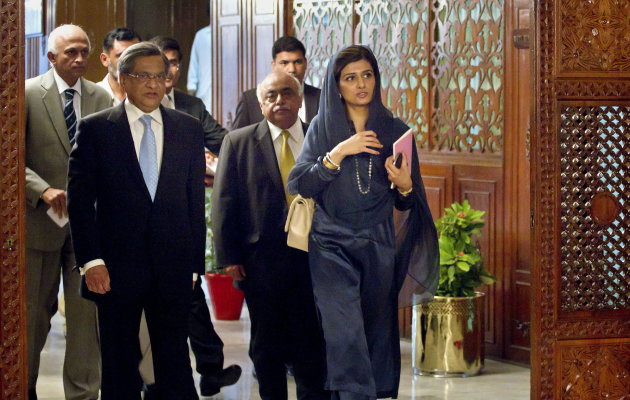Indian Foreign Minister S.M. Krishna, left, and his Pakistani counterpart ...